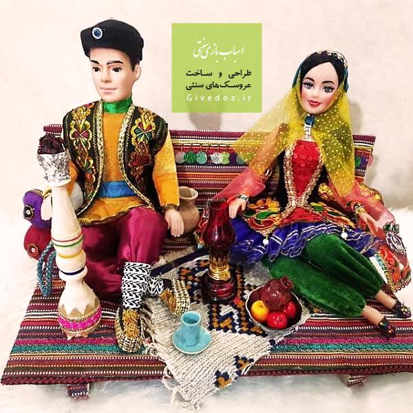 عروسک زن و مرد نشسته روی تخت
