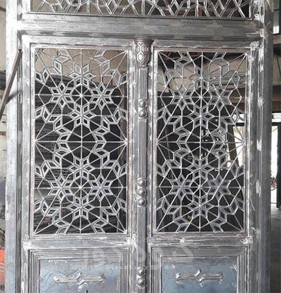 از درب های آهنی مسجد