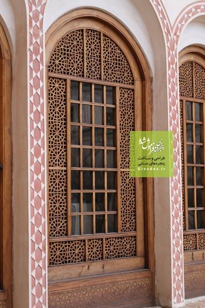 پنجره های سنتی با شیشه های رنگی